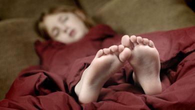 можно ли спать ногами к двери